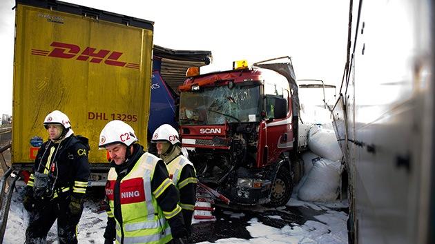 Fotos: Un choque múltiple de cien coches deja tres muertos en Suecia