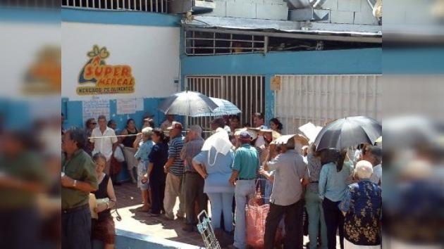Venezolanos para comprar alimentos hacen cola en Ferias Navideñas