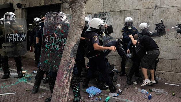 Los excesos policiales en Grecia despiertan el fantasma de la dictadura militar