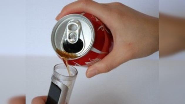 Inventaron el teléfono móvil que se carga con Coca-Cola