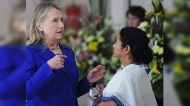 Clinton presiona para que la India reduzca las importaciones de petróleo iraní