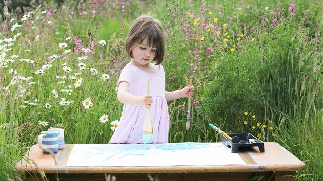 Genio de la pintura: Una niña autista vende sus cuadros por miles de dólares