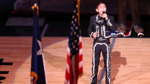 Insultos racistas contra un niño de origen latino por cantar el himno de EE.UU.