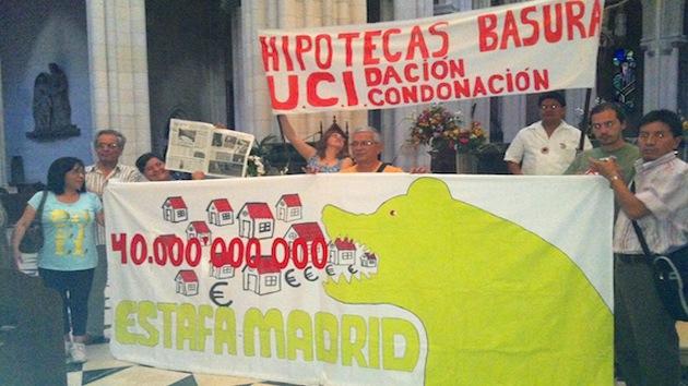 'Ocupa la catedral': 25 personas se encierran en La Almudena de Madrid protestando contra los desahucios