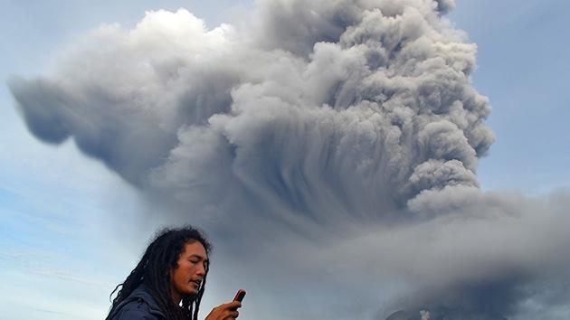 Fotos: Más de 5.000 evacuados por la erupción de dos volcanes en Indonesia