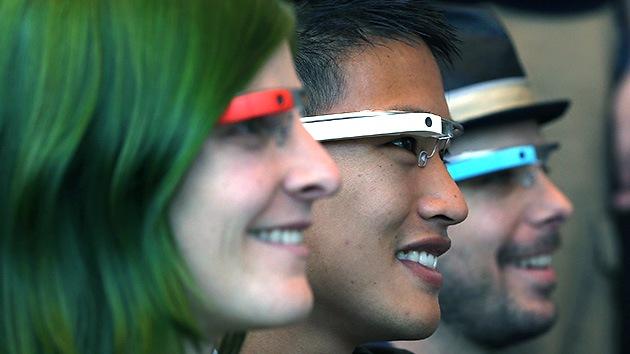 Un 'hacker' mete el dedo en el ojo a las Google Glass con un sistema operativo propio