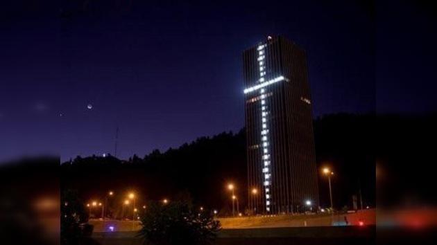 Una cruz enorme de esperanza en homenaje a los 33 mineros chilenos