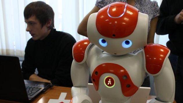 Estudiantes de Rusia y Japón presentan robots lectores y compradores
