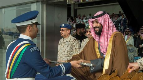 Kronprinz Mohammed bin Salman überreicht saudischen Kampfpiloten Ehrenschwerter, 21. Februar 2018. Das Auswärtige Amt findet den Kronprinzen ganz bezaubernd ...