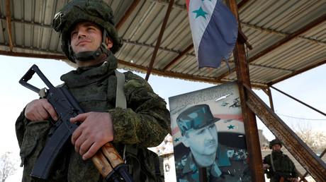 Im Einklang mit dem Völkerrecht: Russische Soldaten halten Wache an einem Checkpoint in einem Vorort der syrischen Hauptstadt.