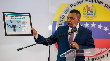 Venezuelas Innen- und Justizminister Nestor Reverol präsentiert ein Bild vom Typ der bei dem Attentat verwendeten Drohnen.