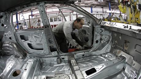 Ein Mitarbeiter der serbischen Konzerntochter von Fiat Chrysler baut ein Fiat 500L zusammen. Die Firma mit Sitz in Kragujevac, die zu 30 Prozent dem serbischen Staat gehört, hat rund 2.800 Angestellte. Das Durchschnittsgehalt betrug 2017 rund 230 Euro.
