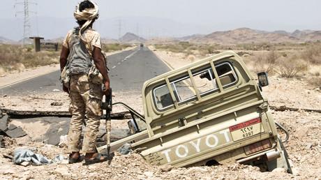 Ein jemenitischer Kämpfer, der dem von Saudi-Arabien unterstützten jemenitischen Präsidenten dient, steht neben einem Toyota Pickup.