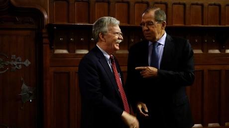 Russlands Außenminister Sergei Lawrow (rechts) und der Nationale Sicherheitsberater der USA, John Bolton, bei ihrem Treffen in Moskau am 22. Oktober.