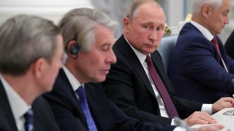 Der Vorsitzende des Ost-Ausschusses der deutschen Wirtschaft Wolfgang Büchele (2 v. links) und der russische Präsident Wladimir Putin beim Treffen mit der Delegation der deutschen Wirtschaft im Kreml am 1. November 2018.