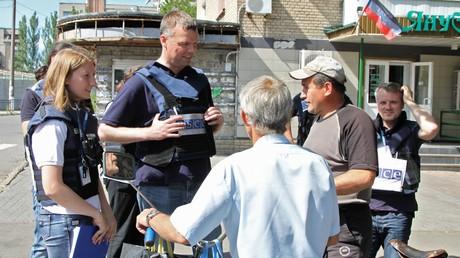Der Stellvertretende Leiter der OSZE-Sonderbeobachtermission in der Ostukraine Alexander Hug (Mitte) im Gespräch mit den Einwohner der Stadt Jasinowataja auf dem Territorium der international nicht anerkannten Donezker Volksrepublik im Juli 2017.