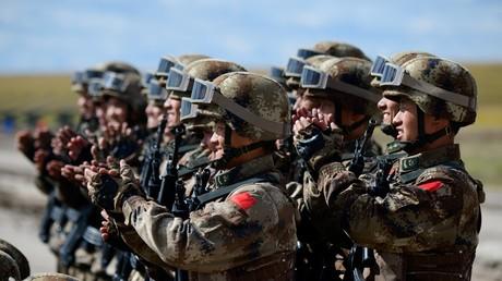 Chinesische Truppen paradieren am Ende der