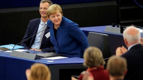 Mit Rücksicht auf EU? Angela Merkel setzt sich nach ihrer Grundsatzrede vor dem EU-Parlament am 13. November. Gleich kommen kritische Fragen, darunter zum Nord Stream 2, auf die Rede und Antwort stehen wird.