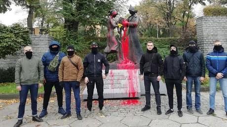 Beschmiertes Komsomol-Denkmal in Dnipro.