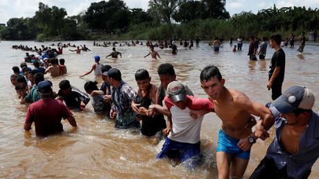 Flüchtlinge versuchen den Grenzfluss zwischen Guatemala und Mexiko zu überqueren. Von Mexiko aus wollen sie in die USA gelangen.