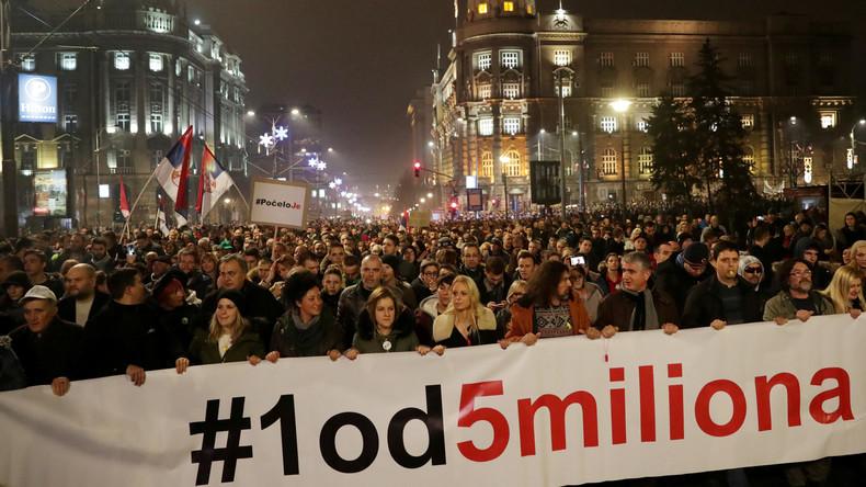 """""""Es hat begonnen"""": Zehntausende Serben protestieren gegen Präsident Vučić"""