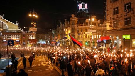 Aktivisten und Unterstützer ukrainischer nationalistischer Parteien halten Fackeln in der Hand, während sie an einer Kundgebung anlässlich des 110. Geburtstages von Stepan Bandera in Kiew teilnehmen, 1. Januar 2018.
