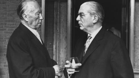 Hans Globke (R) war 10 Jahre lang, von 1953 bis 1963, Chef des Kanzleramts und engster Berater von Kanzler Konrad Adenauer (L). Von 1934 an galt er als