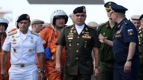 Der venezolanische Verteidigungsminister Vladimir Padrino (M.) nach der Ankunft von zwei russischen Tupolew-Tu-160-Überschall-Bomberflugzeugen am 10. Dezember 2018 in Venezuela