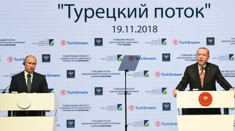 Der türkische Präsident Recep Tayyip Erdoğan und sein russischer Amtskollege Wladimir Putin nehmen am 19. November 2018 in Istanbul an einer Zeremonie anlässlich der Fertigstellung des Seeabschnitts der TurkStream-Gaspipeline teil.
