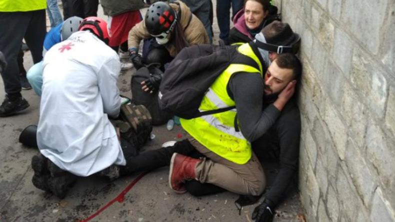 Schockierende Szenen: Blendgranate reißt einem Demonstranten in Paris die Hand ab