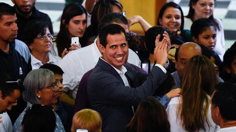 Der selbsternannte Interimspräsident Juan Guaidó (Mitte) nach einer Messe in der Kirche Nuestra Señora de Guadalupe in Caracas am 10. Februar 2019