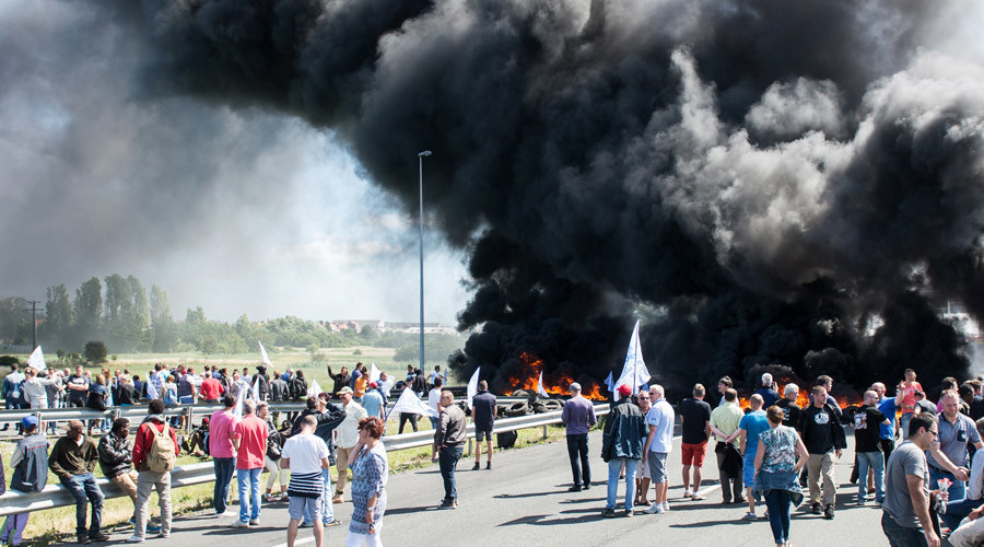 Blazing anger: Striking ferry workers block Calais terminal with burning tires (VIDEO)