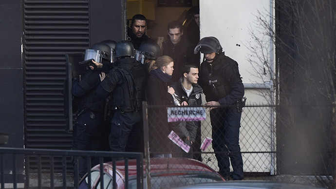 French police special forces evacuate local residents on January 9, 2015 in Porte de Vincennes, eastern Paris © Martin Bureau