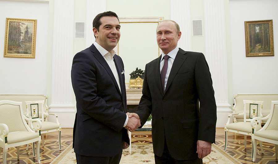 Russian President Vladimir Putin (R) shakes hands with Greek Prime Minister Alexis Tsipras © Alexander Zemlianichenko