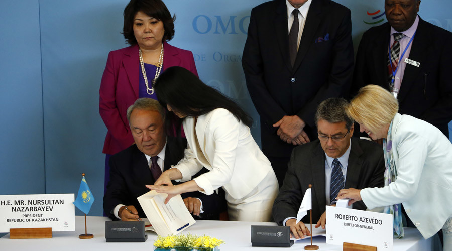 WTO Director general Roberto Azevedo (R) and Kazakhstan's President Nursultan Nazarbayev sign the documents for the accession of  Kazakhstan at the World Trade Organization (WTO) headquarters in Geneva, Switzerland July 27, 2015. © Denis Balibouse
