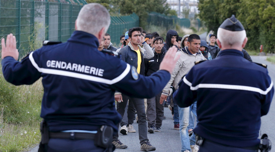 Send military to tackle Calais migrant crisis, say police chiefs
