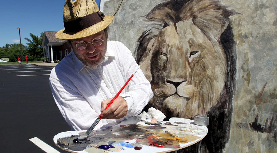 Mark Balma, an international artist based in California and Florence, Italy, paints a lion head on a canvas in the parking lot of River Bluff Dental clinic in protest against the killing of a famous lion in Zimbabwe, in Bloomington, Minnesota July 29, 2015. © Eric Miller