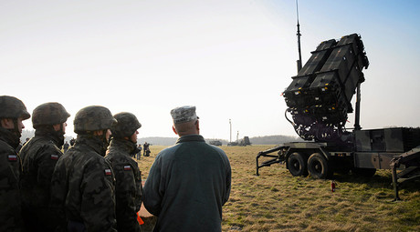 Soldiers look at a Patriot missile defence battery  in Sochaczew, near Warsaw © Franciszek Mazur