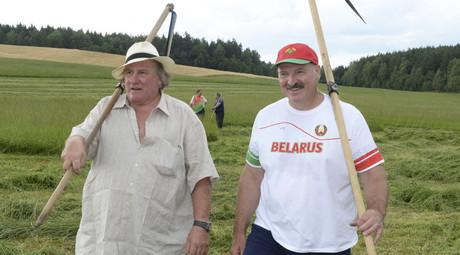Belarus' President Alexander Lukashenko (R) and Gerard Depardieu © Andrei Stasevich / BelTA