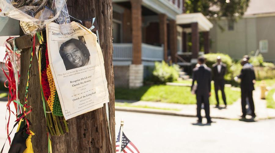 An impromptu memorial for Samuel Dubose is posted near the crime scene in Cincinnati, Ohio © William Philpott