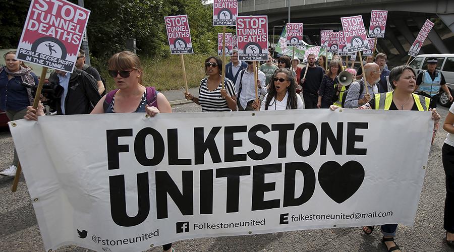 Protestors demonstrate in solidarity of migrants in Calais, in Folkestone, Britain August 1, 2015 © Peter Nicholls