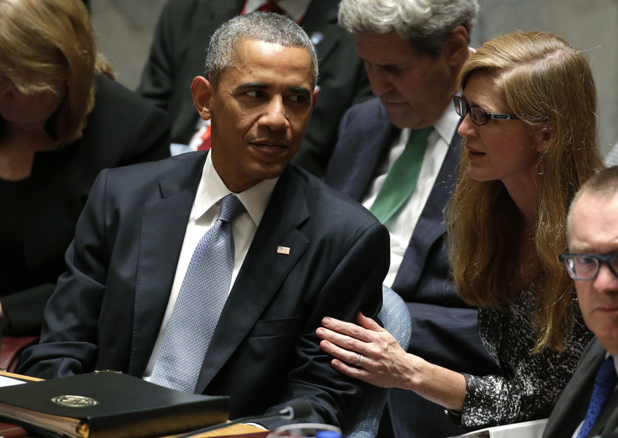U.S. Ambassador to the United Nations Samantha Power (R) talks with President Barack Obama © Brendan McDermid