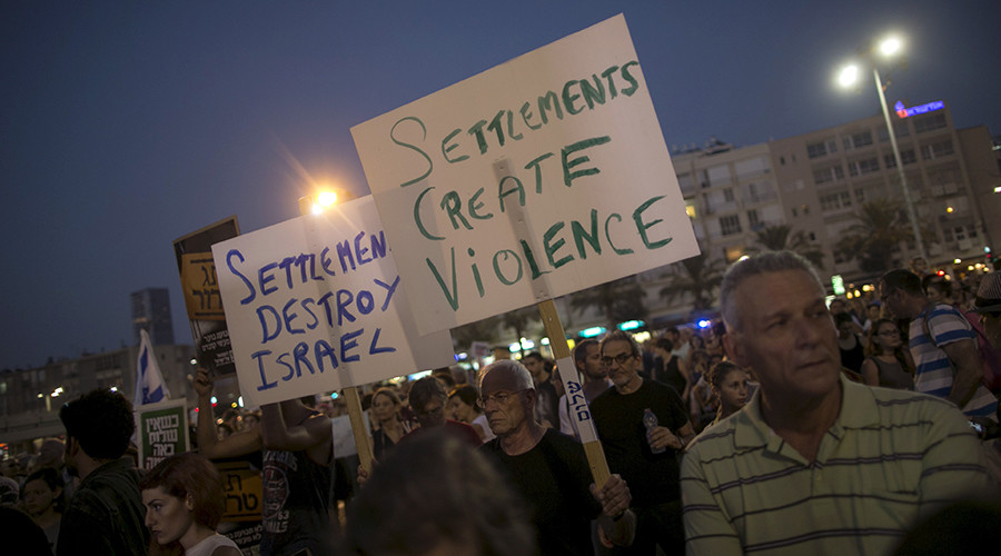 Left-wing protesters hold signs during a protest condemning Friday's arson attack in the West Bank, at Rabin square in Tel Aviv August 1, 2015 © Baz Ratner