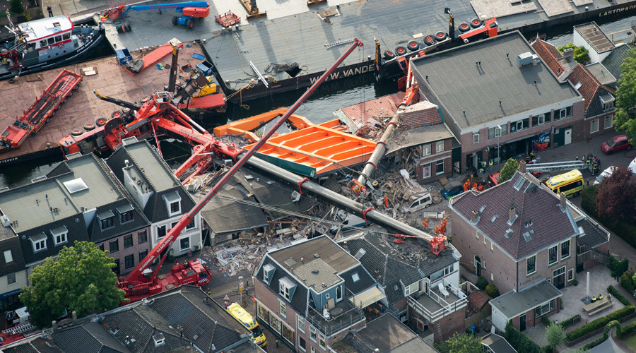An aerial picture taken on August 3, 2015 shows the two cranes that have fallen onto houses in Alphen aan den Rijn © Bram Van De Biezen