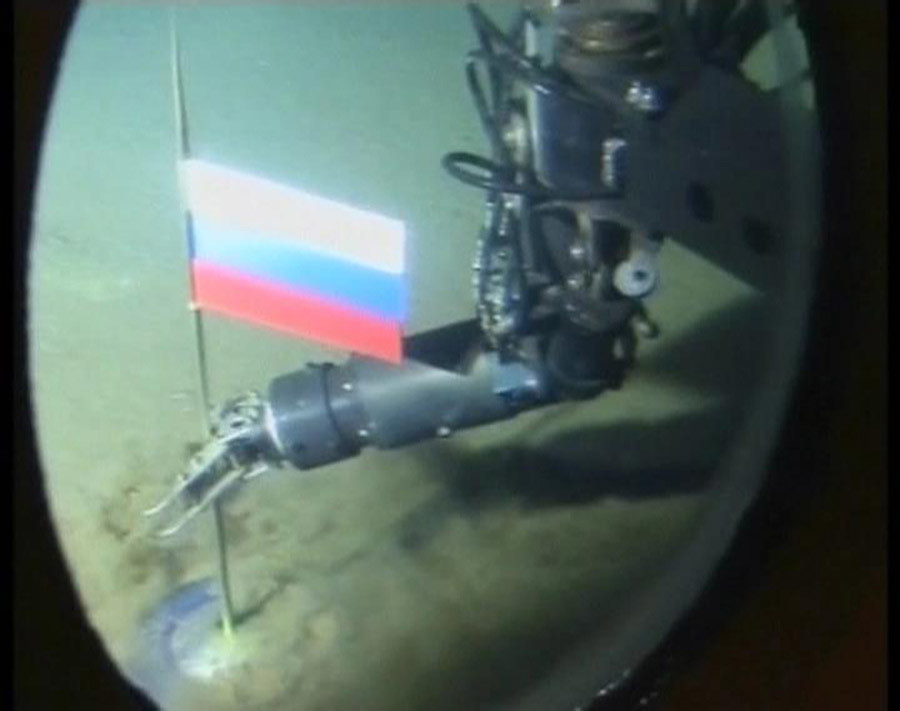 A video grab shows the view out of the porthole of a Russian miniature submarine as its robotic arm plants the Russian flag on the seabed 14,000 feet below the North Pole August 2, 2007. © Reuters TV