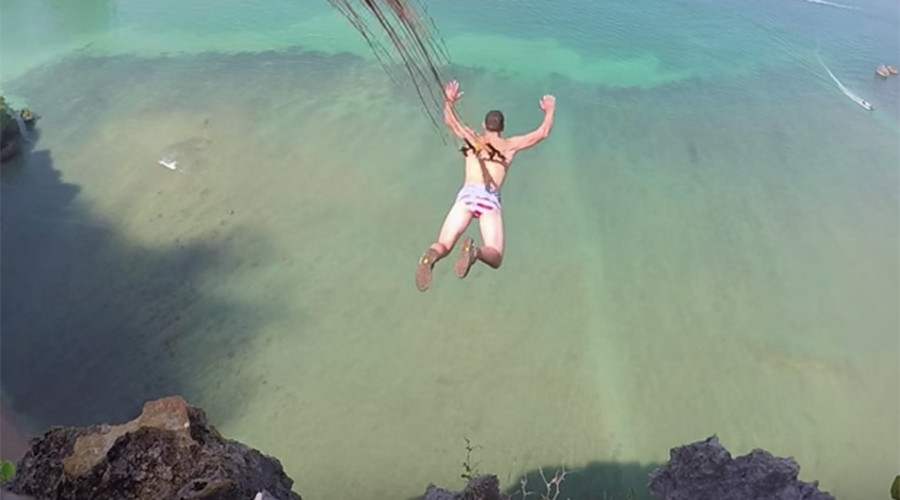Pain blocked by adrenaline: BASE jumper hooks parachute into own flesh (GRAPHIC VIDEO)