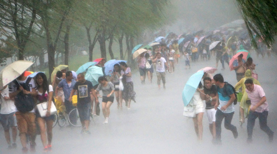 People hold umbrellas in heavy rain as Typhoon Soudelor approaches, in Hangzhou, Zhejiang province, August 7, 2015. © Stringer