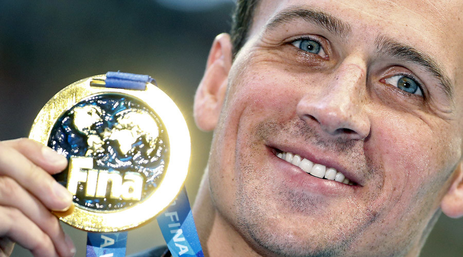 Ryan Lochte of the U.S. poses with his gold medal after winning the men's 200m individual medley final at the Aquatics World Championships in Kazan, Russia August 6, 2015 © Hannibal Hanschke