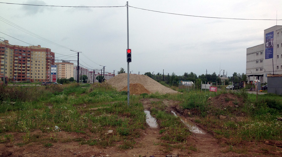 Traffic light on road to nowhere found in middle of urban wasteland in Russia