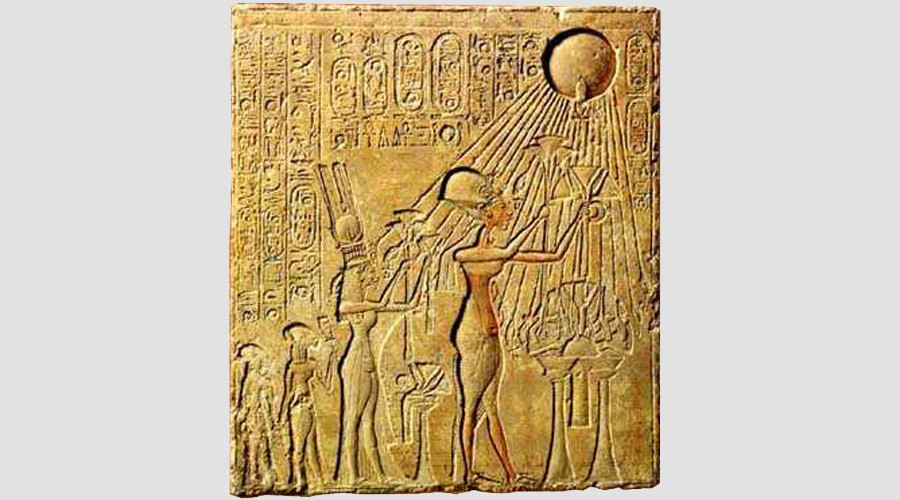 Pharaoh Akhenaten (center) and his family worshiping the Aten, with characteristic rays seen emanating from the solar disk ©